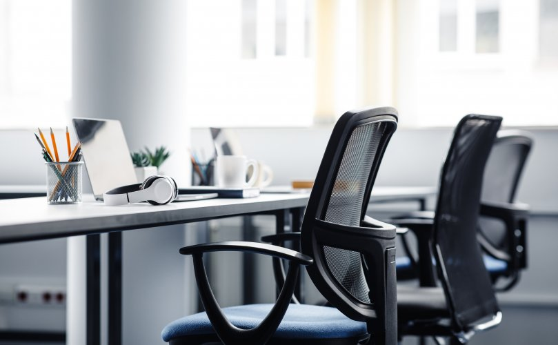 Leeg kantoor stoelen